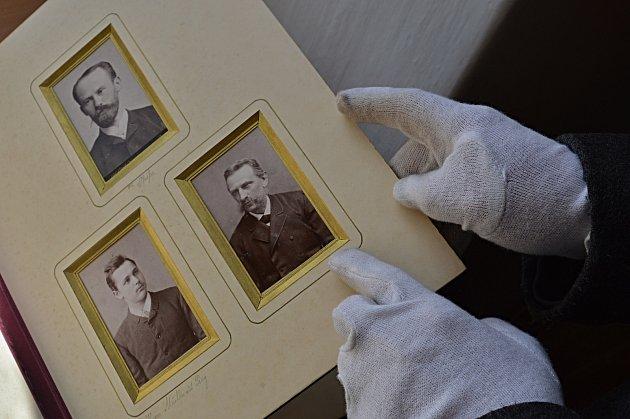 Mezi poklady se našly vzorníky ke zdobení skla, štočky k tisku knih či krásná kniha věnovaná zaměstnanci Carlu Kralikovi k jeho padesátým narozeninám.