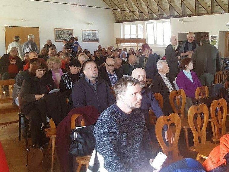 Šumavská Kvilda se stala místem pro debatu o otázce, komu patří Šumava.