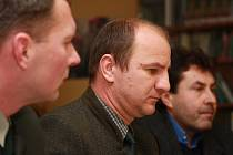 Mít takové příjmy a rozpočet, jako jeho předchůdci, asi by měl současný ředitel Správy parku Jiří Mánek (uprostřed) klidnější spaní.