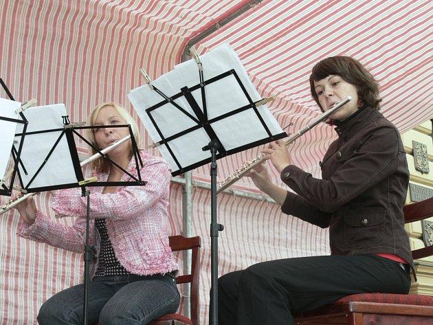 Necelé dvě desítky lidí přišly v neděli 21. června v šestnáct hodin na Velké náměstí v Prachaticích oslavit celoevropský svátek hudby. Návštěvníci mohli vidět vystoupení dvou souborů ze Základní umělecké v Prachaticích.