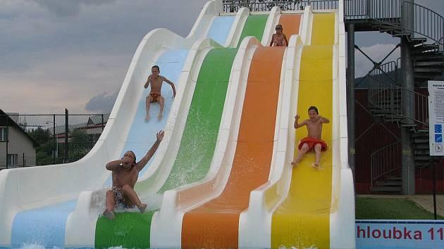 Na Huláku či v krytém bazénu se návštěvníci mohou projít po vodě.