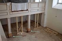 Oprava sloupků nesoucích kůr v kapli sv. Josefa. Protože spodní část sloupků v zásypu byla v špatném stavu, zničené dřevo se vyměnilo.