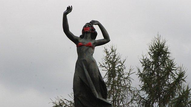 Stopařka nasadila červenou roušku