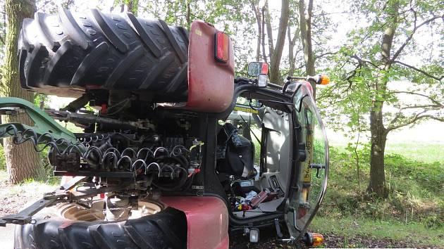 Traktor skončil na boku.