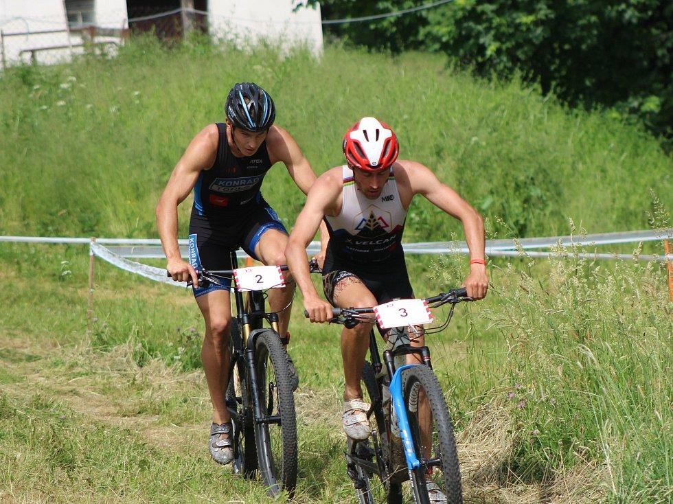 Mužský Short track přinesl skvělý závod s řadou dramatických soubojů na trati.
