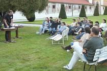 V loňském roce četl své verše v zahradě zámku Kratochvíle například Vladimír Šrámek.