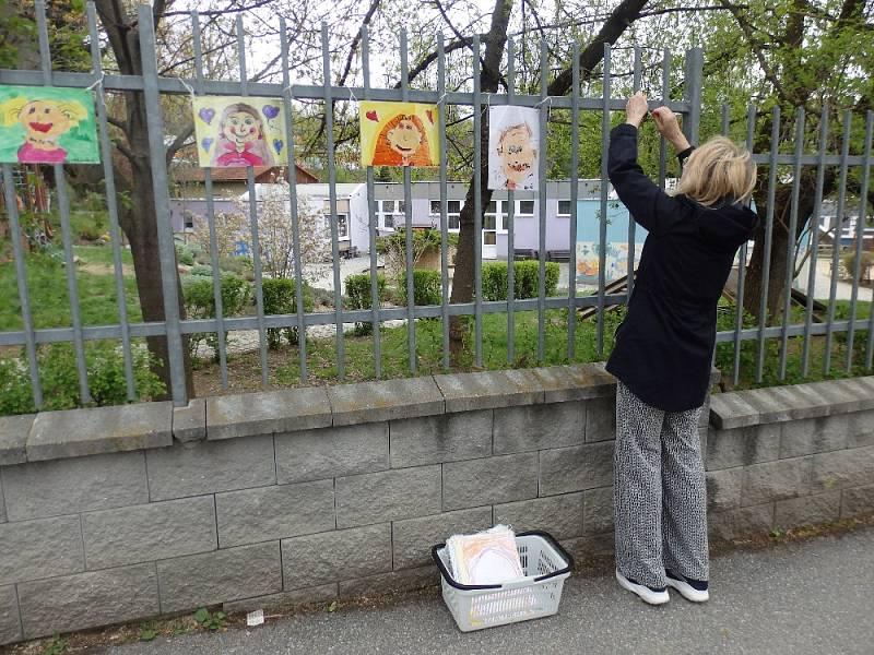 Plot mateřinky Paraplíčko zdobí výstava maminek.
