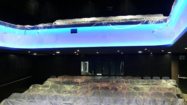 Modré podsvícení balkonu bude s potahem na sedačkách ladit. To zatím ale příliš patrné není.