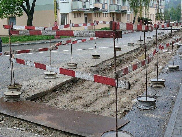 Ulice Pod Hradbami bude ještě čas rozkopaná.