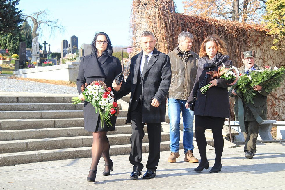 Poslední rozloučení s Janem Stráským se uskutečnilo v pondělí 18. listopadu v pietní síni v Prachaticích.