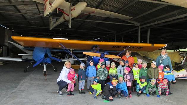 Děti ze Strunkovic nad Blanicí pouštěly draky na letišti.