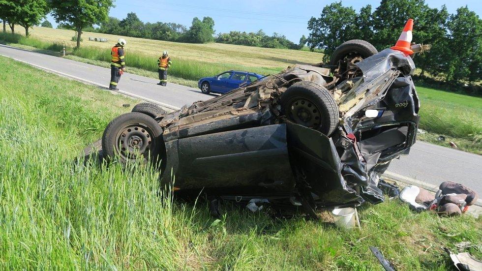 Řidič nákladního vozidla zezadu narazil do před ním jedoucího osobního vozidla.