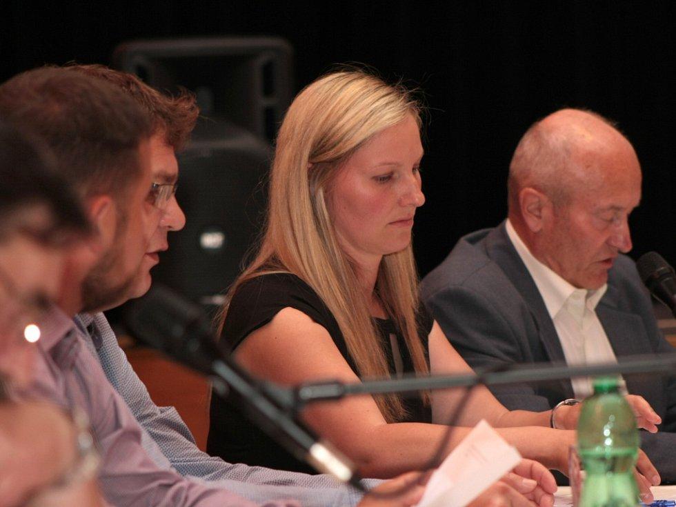 Opoziční zastupitelé se i tentokrát pustili především do místostarosty Jiřího Caise kvůli jeho dopisu, který rozeslal obyvatelům města den před jednáním zastupitelstva.