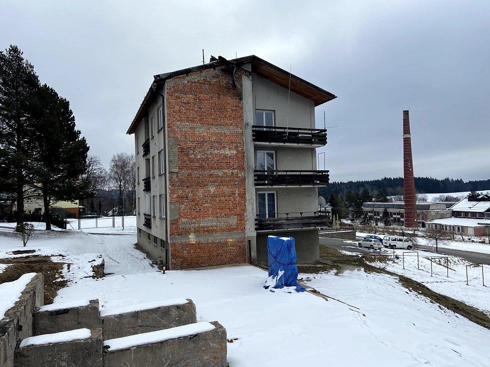 Po vyhořelém domě zbylo jen prázdné místo. Nájemníci ze sousedních domů zase bydlí ve svých bytech.