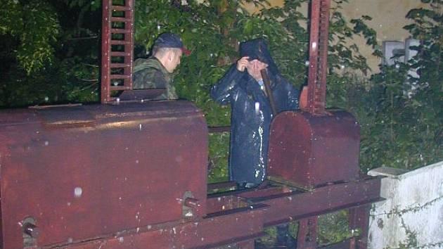 Rybáři v roce 2002 upouštěli vodu z rybníku Mnich, povodni to ale nezabránilo.