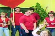 SVATÝ VALENTÝN. Delegace lásky chodila po chodbách Základní školy Prachatice v Národní ulici, kde ve třídách vysvětlila žákům proč se vůbec v České republice svatý Valentýn slaví.