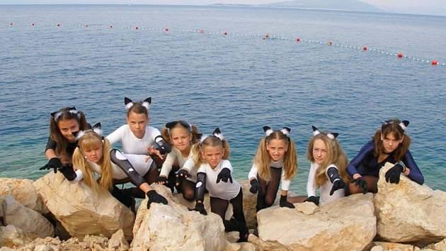 ZABOJUJÍ NA UKRAJINĚ. Prachatické tanečnice se připravují na soutěž na Ukrajině. V Chorvatsku nejen vystupovaly na festivalu, ale také cvičily.