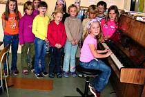 PRO RADOST VŠEM. Děti, které navštěvují ZUŠku v obci Stachy se každý rok představují při různých příležitostech. Ať už jsou to koncerty nebo například divadlo.