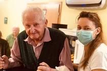 V domovech pro seniory se teď musejí vypořádat nejenom s nákazovou situací, ale i s jistým pocitem odříznutí od světa. Ilustrační foto.