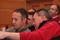 Zástupce provozovatelů heren ve Vimperku Pavel Tomandl (vlevo) se v pondělí pokusil přesvědčit zastupitele, aby změnili vyhlášku týkající se zákazu hazardu.