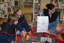 V knihovně se převlékli za husity a stavěli i vozovou hradbu.