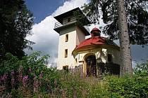 Rozhledna a kaple na Mařském vrchu.