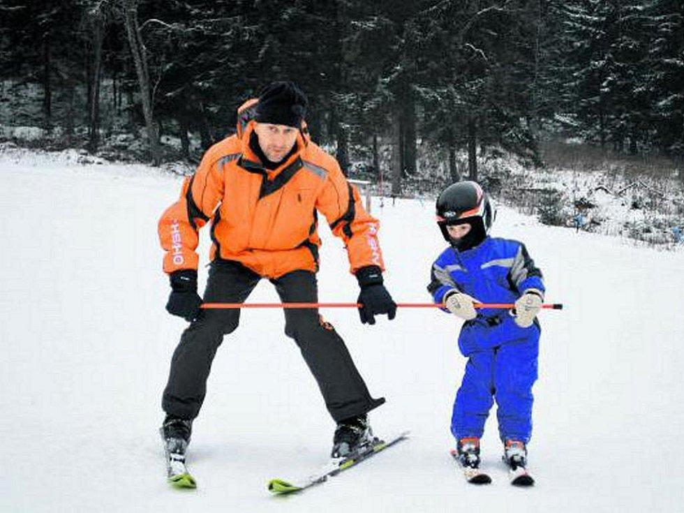 DO ŠKOLY. Ve Vltavici se rozhodli naučit děti lyžovat a pro dva nadcházející víkendy pro ně připravili speciální výuku.