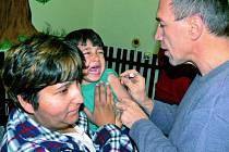 SLZIČKY. Především nejmenší děti se při pohledu na injekční stříkačku v rukách lékaře rozplakaly. Nakonec ale přiznaly, že se bály zbytečně.