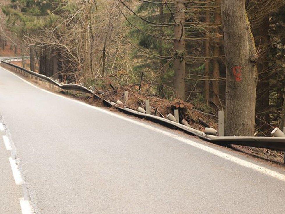 Silnice z Vimperka na hraniční přechod Strážný řidiče děsí.