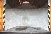 Sůl ve skladech silničářů by měla letos vystačit.
