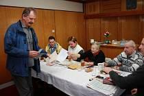 V Šumavských Hošticích měla v sobotu ráno odvoleno zhruba polovina voličů.