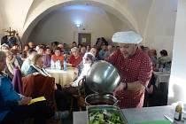Senioři zaplnili v jídelně každé volné místo, chtěli se naučit zdravě jíst a vařit.
