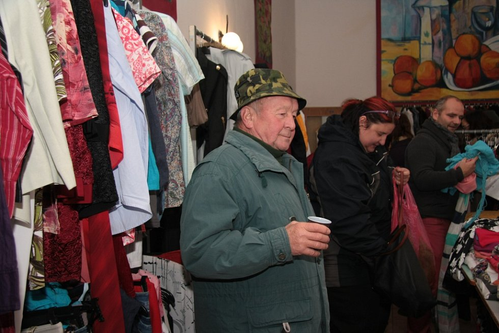 Občanské sdružení Stanislavy Chumanové uspořádalo další bazárek. Zájem o zboží byl v sobotu dopoledne obrovský.