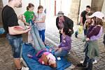 Hlídky mladých zdravotníků pomáhaly zraněným přímo v ulicích Prachatic. Na konci měsíce se do města vrátí při krajském kole soutěže.