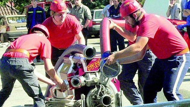 POŽARNÍ ÚTOK. V Prachaticích uplynulou sobotu soutěžila hasičská družstva o Pohár starosty města. Bojovnost a vytrvalost předvedli i mladí hasiči.