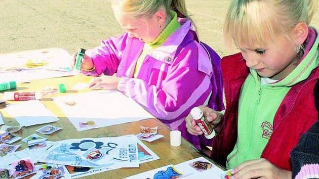 DEN BEZ AUT. Při akci Den bez aut děti také hodně kreslily. Za odměnu pak dostaly omalovánky nebo sladkost.