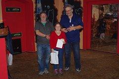 Předání cen vítězům. Na snímku devítiletá Miloslava Pešlová ze Záblatí se svým dědečkem Zbyňkem Bumbou a organizátorem soutěže Jiřím Fuchsem.