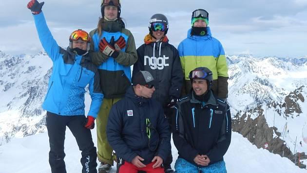 Snowboardisté ladili formu na ledovci.