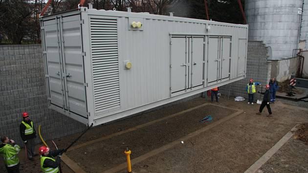 Instalace první ze dvou kogeneračních jednotek v areálu tepelného hospodářství  Prachaticích v lednu 2014.
