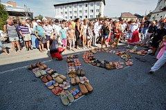 Volarští zakončili Slavnosti dřeva tradičním průvodem ve dřevácích.