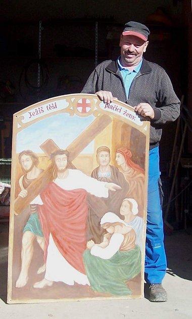 Ve středu 12. dubna nainstalovala netolická zednická firma a malířka Vladimíra Fridrichová Kunešová obrazy do kapliček křížové cesty.