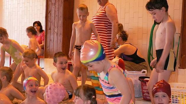 Předškoláci dováděli v prachatickém bazénu.