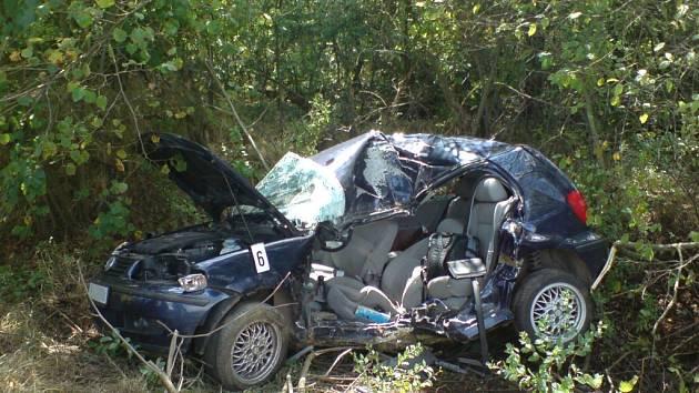 SMRT V AUTĚ. Náraz do stromu VW Polo vymrštil mimo vozovku. Život řidiče se zachránit nepodařilo.