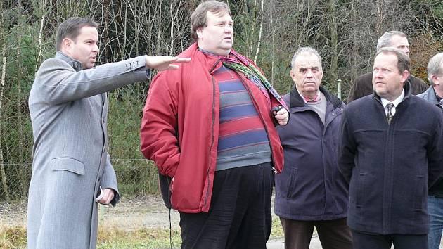 Starosta Jan Bauer a dozor Petr Holý diskutovali při otevírání třetí etapy skládky.