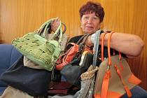 Části svých kabelek se pro dobrou věc vzdala také Zdena Hrůzová z Prachatic.