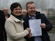 Ministr životního prostředí Richard Brabec přivezl do Lhenic starostce Marii Kabátové rozhodnutí o přidělení dotace na likvidaci nebezpečných odpadů.