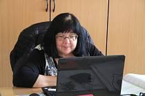 Libuše Foltínová procvičuje s deváťáky z Vodňanky příklady na přijímací zkoušky přes video. Raději by ale stále před tabulí a plnou třídou dětí.