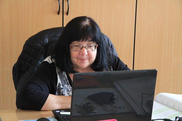 Libuše Foltínová procvičuje sdeváťáky zVodňanky příklady na přijímací zkoušky přes video. Raději by ale stále před tabulí a plnou třídou dětí.