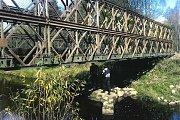 Nový most Zbytiny získaly od Ředitelství silnic a dálnic. Mostovky obci darovaly Lesy České republiky, lesní závod Boubín.  Ruku k dílu pak museli přiložit také dobrovolní hasiči ze Zbytin.
