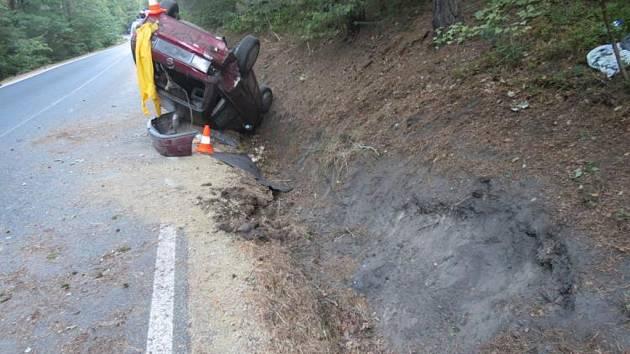 Z nehody vyvázl řidič bez zranění, spolujezdci skončili v nemocnici.